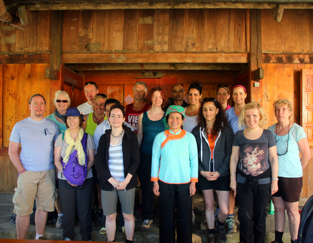 Unsere Gruppe mit unseren Gastgebern beim Homestay im Bergland von Sapa