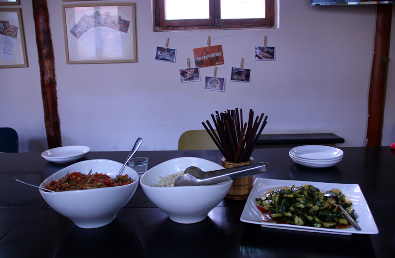 Handgezogene Nudeln scharfe Tomatensauce Gurkensalat