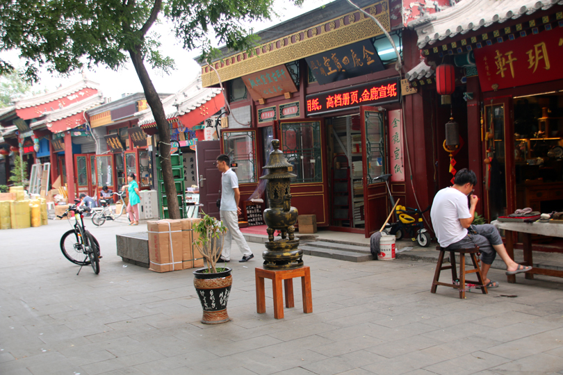 A stroll through the Liulichang culture street