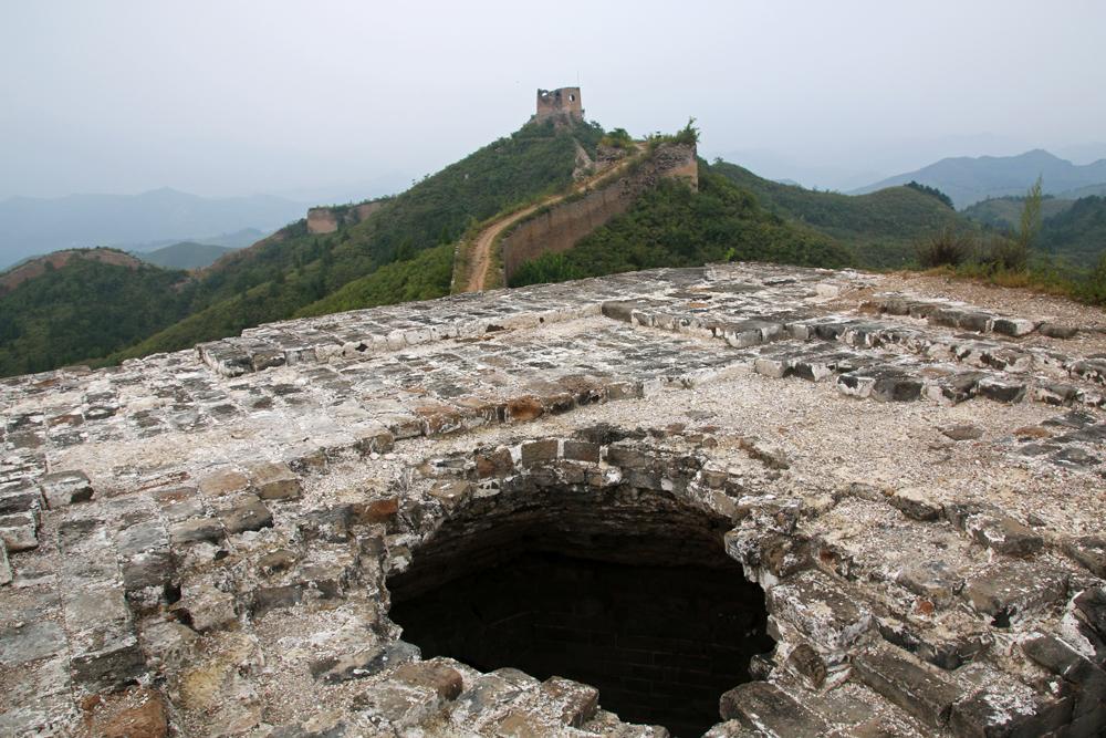 Wachturm mit Loch im Dach Chinesische Mauer Gubeikou Miyun Peking China Asien
