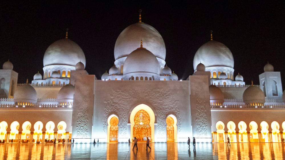 Travel blogger review 2016 - Sheikh Zayed Grand Mosque in Abu Dhabi at night