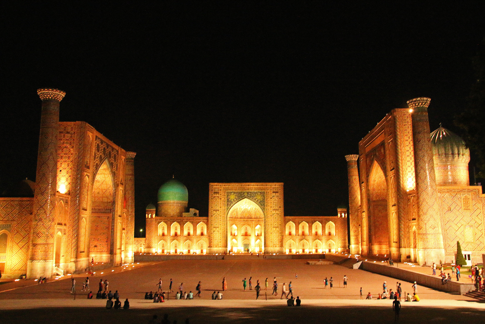 Travel blogger review 2016 - The Registan in Samarkand, Usbekistan at night