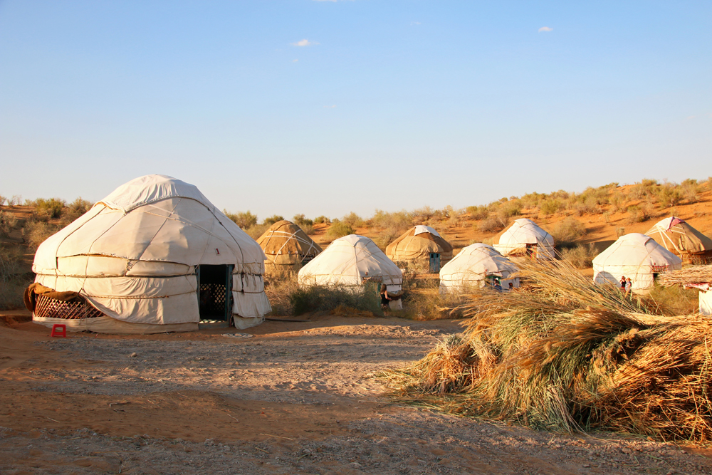 Travel blogger review 2016 - Yurts in the desert near Aydar Kŭl lake