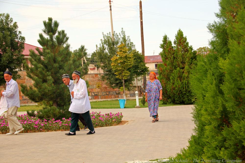 Nurata-Kysylkum-Uzbekistan-Uzbek-Worshippers
